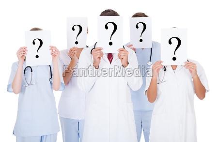 gruppe von AErzten mit fragezeichen zeichen