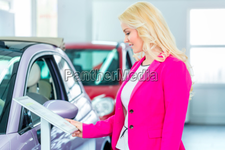 woman looking for new car in