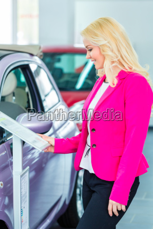 women looking for new cars at