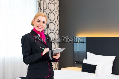 hausdame bei kontrolle der hotel suite