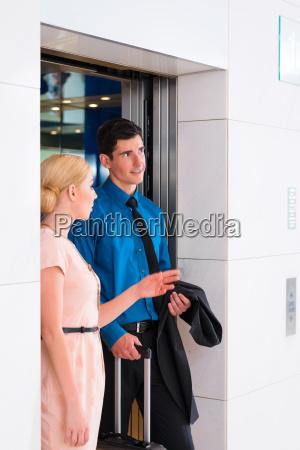 paar wartet auf hotel fahrstuhl