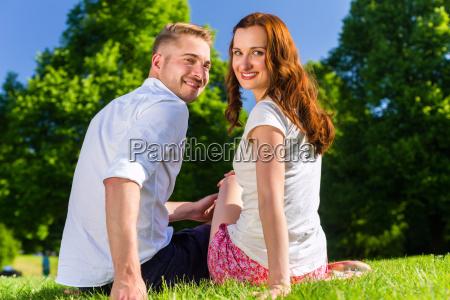 couple in love sitting freunde sitzen