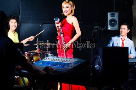 asiatische profiband im tonstudio mixing