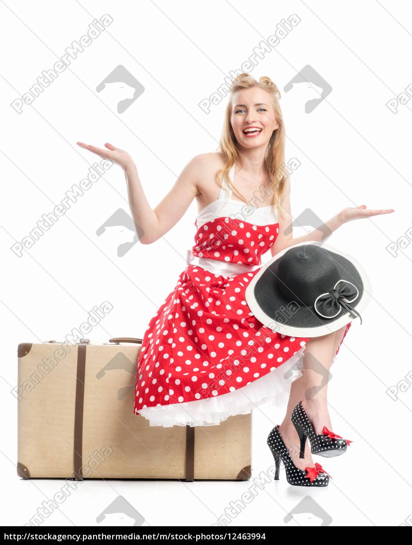 eine, frau, sitzt, auf, einem, koffer - 12463994