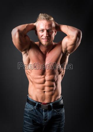 bodybuilder macht muskeltraining