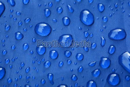 nahoeffnung der regentropfen auf einem blauen