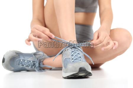 runner fitness frau die schnuersenkel bereit