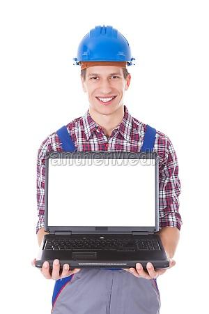architekt holding laptop