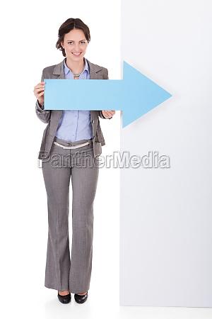 geschaeftsfrau die plakat zeigt
