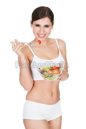 gesunde frau essen salat