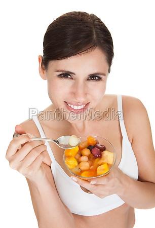 gesunde frau essen obstsalat