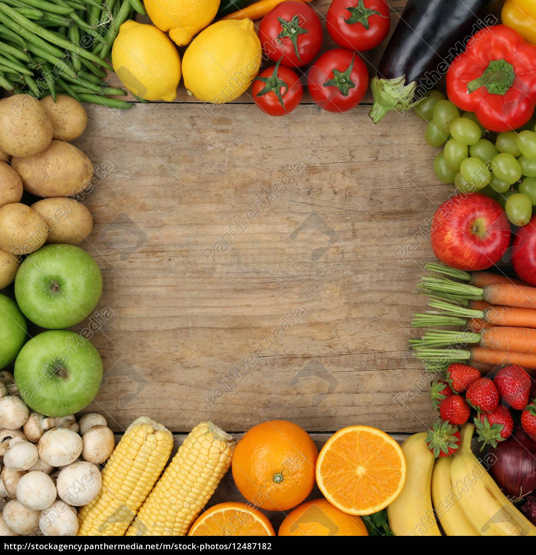 Obst, Früchte und Gemüse bilden Rahmen auf Holzbrett - Stockfoto ...