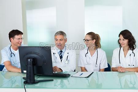los medicos que tienen una reunion