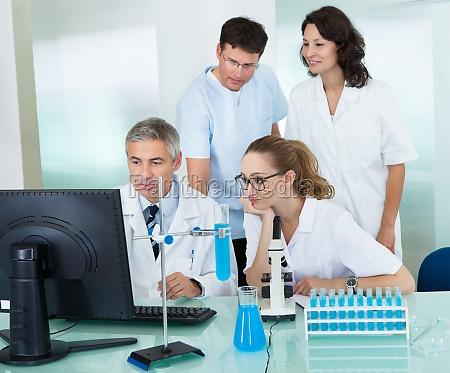 paramedisches oder technisches personal im labor
