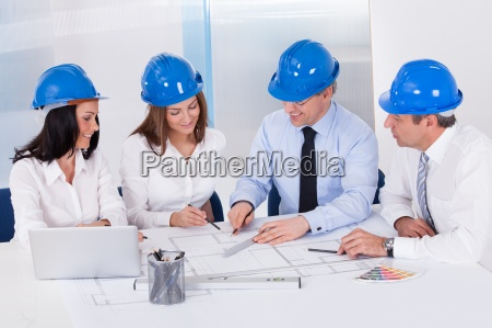 architekten arbeiten an projekt
