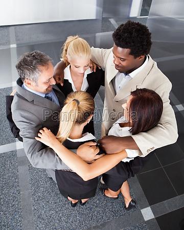 gruppen business leute die huddle machen