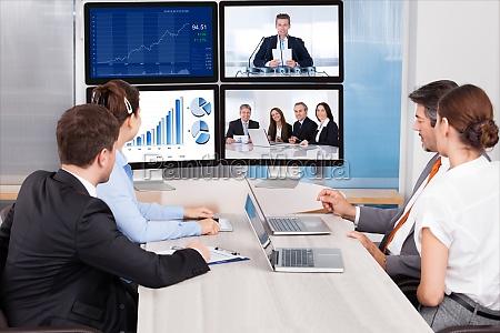 geschaeftsleute blick in die computer bildschirm