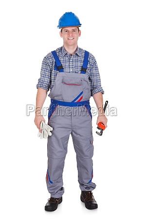 portrait des gluecklichen handyman