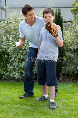 netter kleiner junge spielt baseball mit