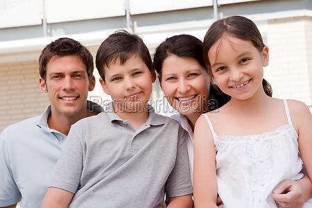 schoene junge familie zusammen im