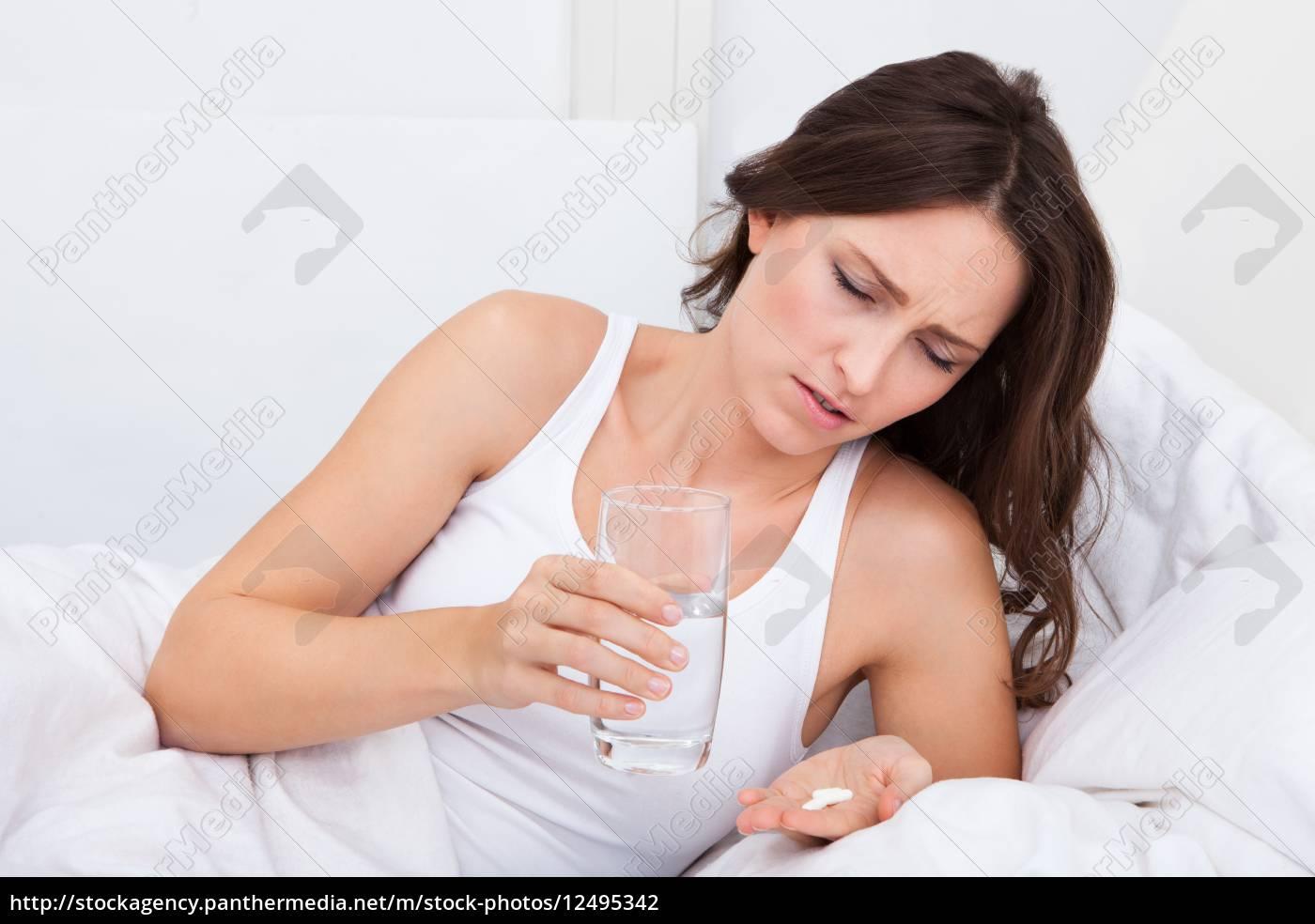 kranke, frau, holding-arzneimittel - 12495342