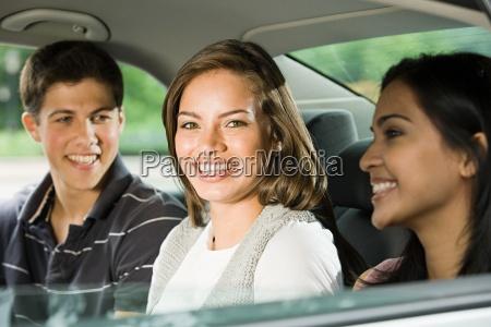drei freunde in den ruecken eines