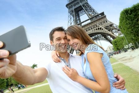 ehepaar in paris fotografiert vor dem
