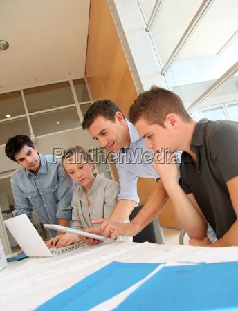 educator mit studenten in der architektur