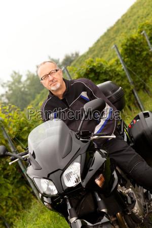motorradfahrer bei einer pause in den