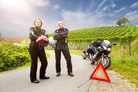 two motorcyclists with panne are waiting