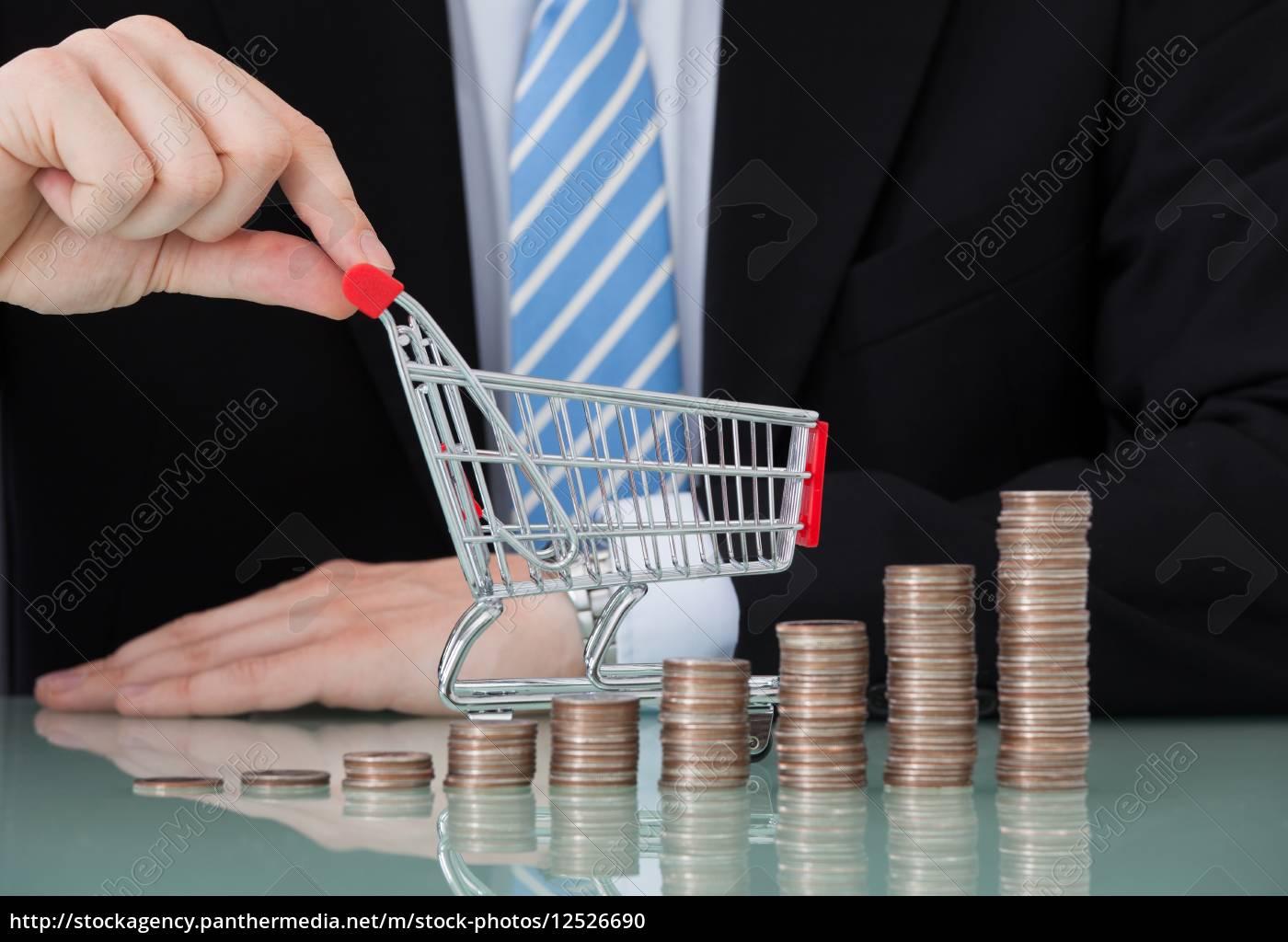 geschäftsmann, mit, einkaufswagen, und, münze, stacks - 12526690