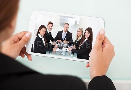 businesswoman videokonferenzen mit team auf digitalem