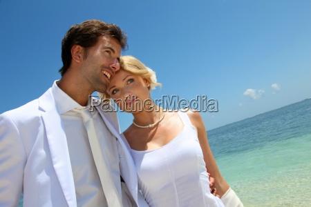 gerade verheiratetes paar auf einem sandigen