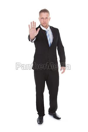 kaufmann haelt seine hand in einem