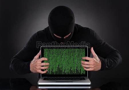 hacker stehlen daten von einem laptop