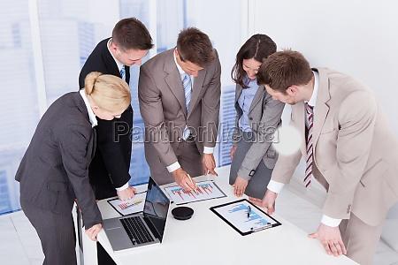 geschaeftsleute arbeiten am konferenztisch