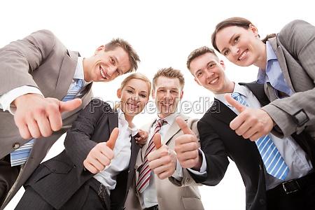 zuversichtlich business team zeigt daumen hoch
