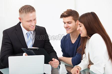 paar diskutiert mit finanzberater