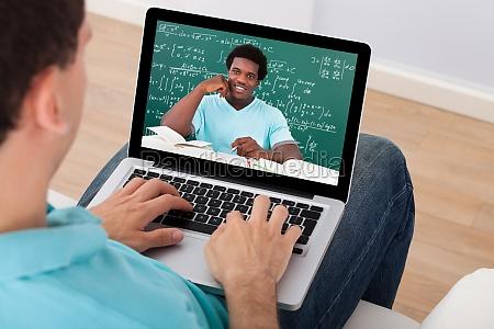 mann der online an der vorlesung