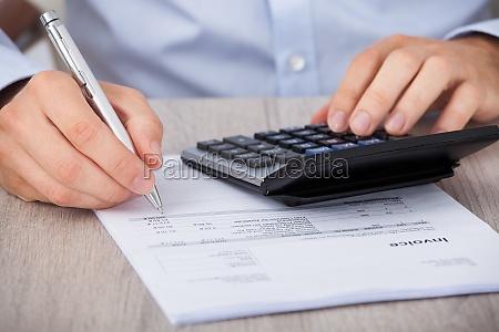 geschaeftsmann berechnung der finanziellen aufwendungen