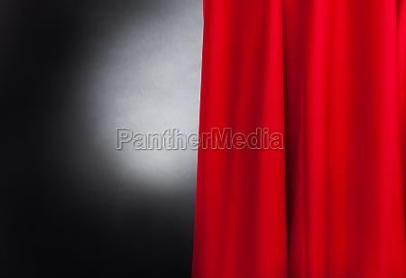 buehne mit rotem vorhang