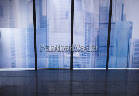 ansicht des stadtbildes durch buerofenster