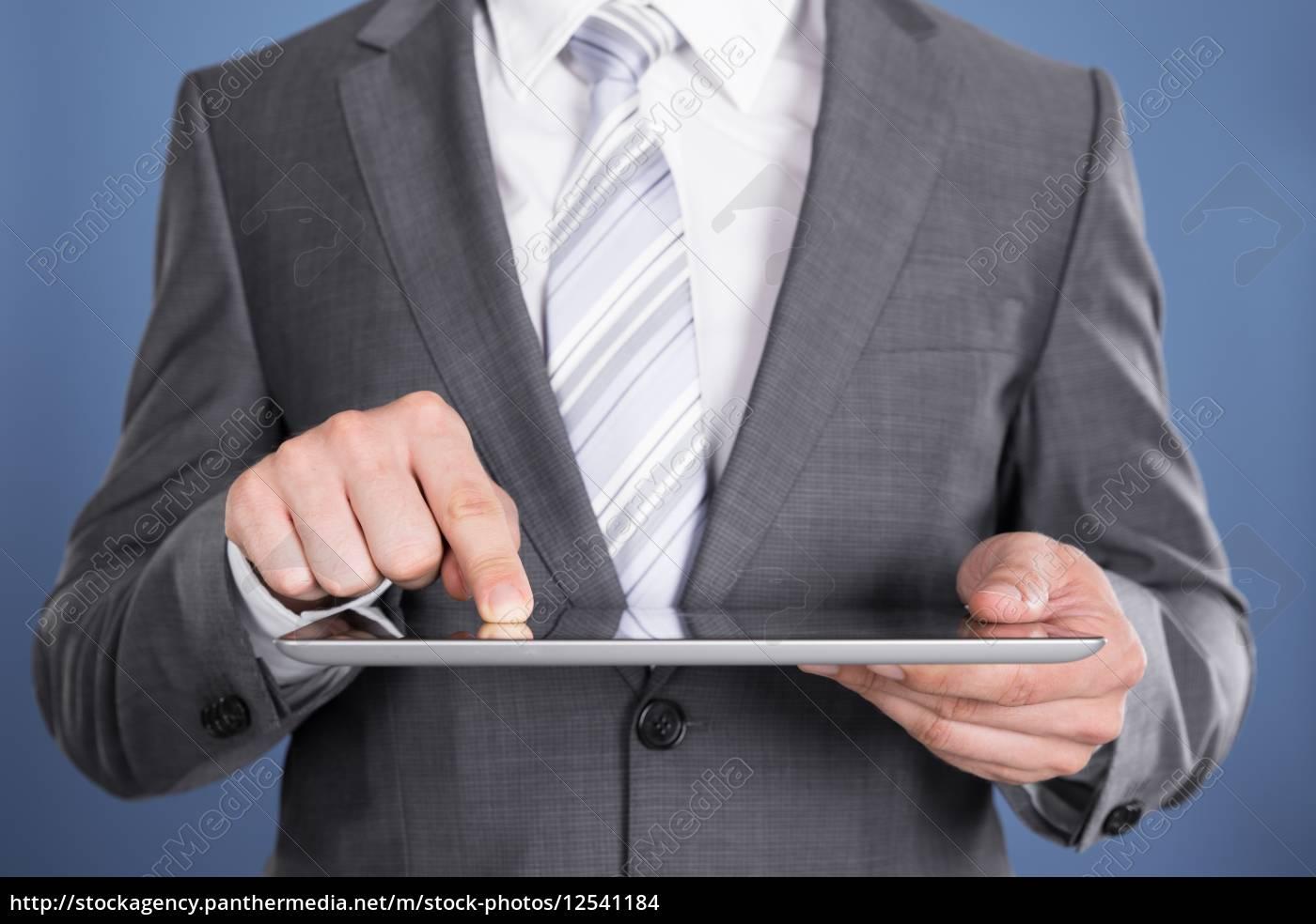 handzeigen, auf, tablet-computer-bildschirm - 12541184