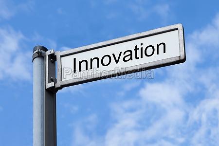 wegweiser mit innovationsschild gegen himmel