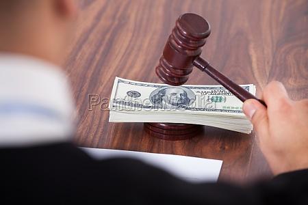 verbrechen gerechtigkeit entscheidung justiz untat entschluss