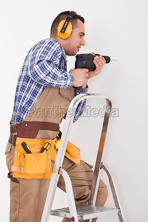 handwerker bohrloch in wall