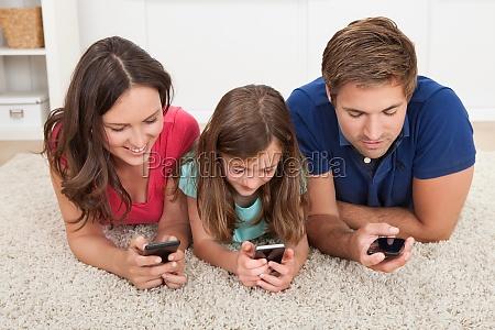 familie unter verwendung des smart phones