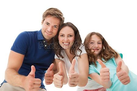 glueckliches familienunternehmen hat die daumen hoch