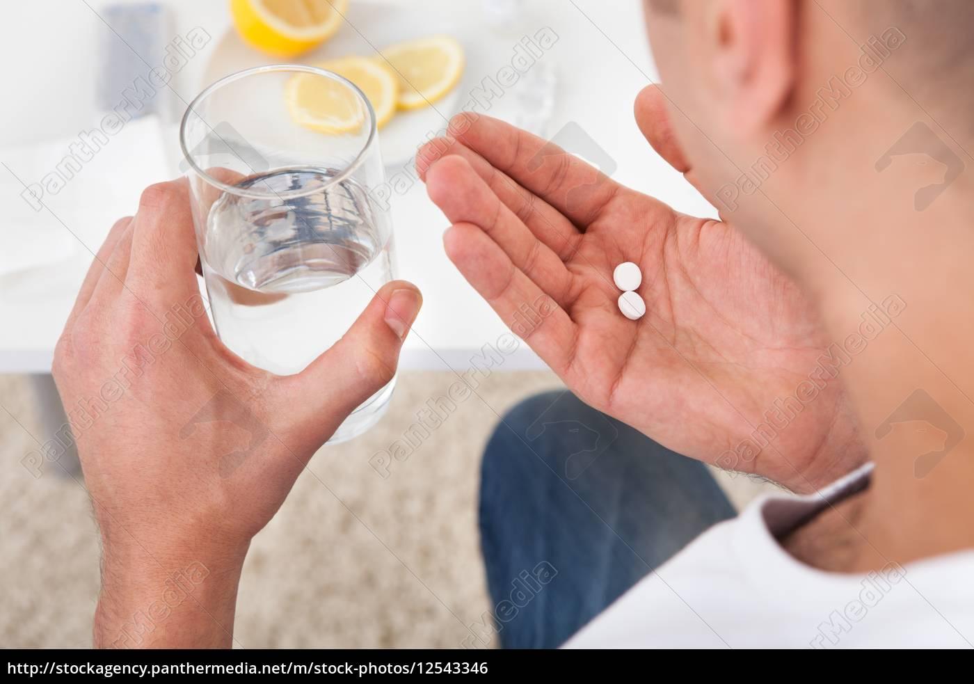 kranker, mann, einnahme, von, tabletten, mit - 12543346