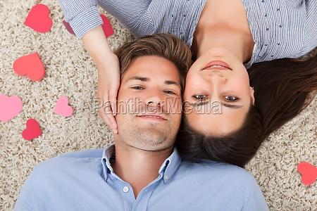 amorevole coppia sdraiato su tappeto a
